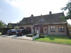 Charmante villa gelegen in zeer kindvriendelijke omgeving te Sint Andries. De woning werd in 2007 stijlvol gerenoveerd. Deze omvat een ruime inkomhal