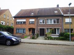 Ruime gezinswoning op een boogscheut van Brugge Centrum. Deze woning in betonnen structuur omvat 3 ruime slaapkamers en een zolder die mogelijkheid bi