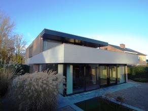 modernistische villa met hedendaagse allures  getekend door  arch De Geyter. Royale inkomhal met open trap,vestiaire en gasten wc, ruime living in L v
