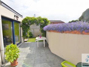 Gelegen langs de Astridlaan, Inkom met traphal, ruime living en leefkeuken met zicht op het terras. Zonnig tuintje en veranda. Eerste verdieping: &eac