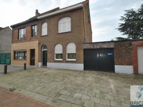 3 Slaapkamers woning met LOODS in het centrum van Sint-Andries. De woning omvat inkomhall, woonkamer, open keuken (recent vernieuwd), vernieuwde badka