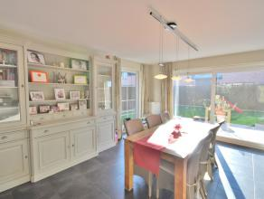 Deze uitstekend gelegen gezellige woning ligt aan de Brugse stadsrand in een residentiële wijk.<br /> <br /> De woning is afgewerkt met kwalitati