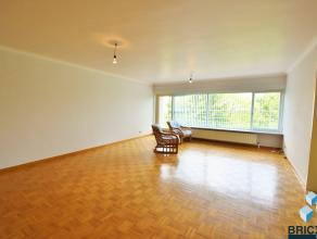 Rustig appartement op de vierde verdieping. Het appartement omvat een ruime inkom, woonkamer in parket, zonnig terras met zonnescherm, keuken, toilet,