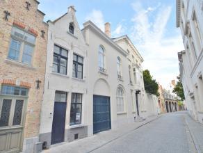 Deze mooie en pas gerenoveerde woning ligt in het hart van de stad en in een zeer rustige straat.<br /> Indeling : inkom en was en bergruimte<br /> Ke