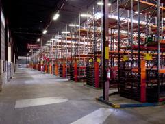 Opp: 1.500m²  Specificaties magazijn:  vloer: polibeton  dak: geprofileerde staalplaat  verwarming: warme luchtblazers op aardgas  verlicht
