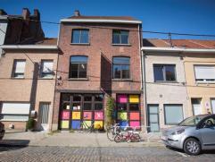 Deze burgerwoning is gelegen in de Guldensporenlaan aan de Sint-Janskerk in centrum Kortrijk. Het gaat over de buurtschool V-Tex. Het gebouw brengt ve