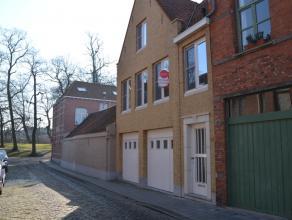 Gerenoveerde bel-étage met 2 slaapkamers 2 garages in Brugge.  INDELING: Glvl.: Inkom (8m²) - gastentoilet - 2 garages (15m² &