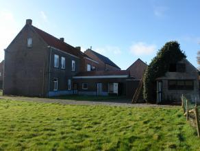 Goed gelegen te renoveren woning op 2355 m²  + 633m². Mogelijkheid te verkavelen stuk grond tot 2 loten waarvan één voor half