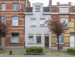 In een goede buurt op wandelafstand van het centrum van Kortrijk  bieden wij u deze aangename woning met stadstuin te koop aan. De woning is gebouwd r