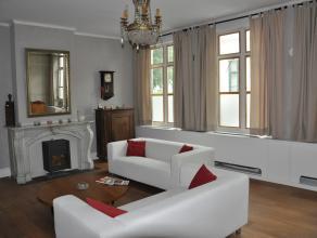 Gezellige, gemeubelde woning met 3 ruime slaapkamers, 2 badkamers en stadskoer, gelegen in het centrum van Brugge.  INDELING:  Glvl: inkomhal - toi
