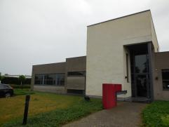 Modern bedrijfsgebouw op industriezone Hoogveld te Dendermonde. Tevens kan men gebruik maken van een gemeenschappelijke vergaderzaal (30 m²).