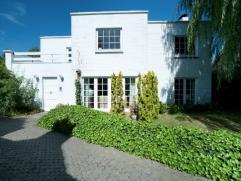 Deze ruime villa op een stuk grond van 1025 m2 is gelegen op een boogscheut van het centrum van Oostende, vlakbij de belangrijke invalswegen en op 3 k