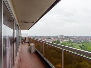 Dit appartement van 91m² beschikt over drie slaapkamers en een afzonderlijke kelderberging. Dankzij de ligging op de vijftiende verdieping geniet