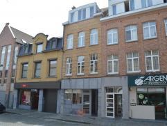 Beleggingseigendom met mooi rendement  INDELING - handelsgelijkvloers (45 m²) + kitchenette, gescheiden sanitair en kelderberging. - 3 appart