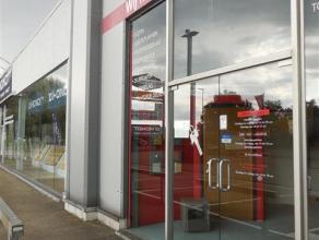 Commerciële ruimte gelegen in winkelcentrum 'Ros Beiaard'. Goede bereikbaarheid en een ruime gemeenschappelijke parking.  Oppervlakte:   168m&