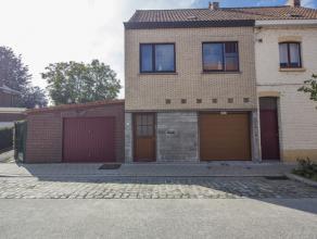 Deze knusse gezinswoning met grote tuin en garage is uitstekend gelegen nabij invalswegen en het centrum van Kortrijk. De tuin telt 528 m² en en