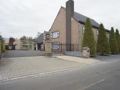 Ruim kantoorgebouw met woning gelegen op 5 min. van de afrit E403 Roeselare - Izegem.  GELIJKVLOERS: -kantoorruimte van ca. 250 m² opgedeeld i