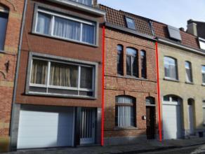 """Op te frissen stadswoning op 74 m² met 3 slaapkamers en stadskoertje  indeling:  * gelijkvloers: inkom/traphal - bergruimte (""""spende"""") onder"""