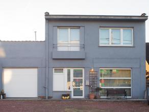 Centraal gelegen eengezinswoning met grote tuin. Deze woning beschikt over alle modern comfort, ingerichte keuken, badkamer, woonkamer, 3 slaapkamers