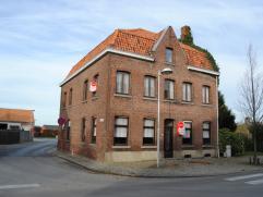 Ruime te renoveren/verbouwen karaktervolle hoekwoning op 194 m² in het centrum van Dikkebus op de hoek van de Zorgvlietstraat en Dikkebusseweg.