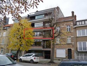 Goed gelegen appartement met 3 slaapkamers en 2 terrassen. Huisdieren zijn niet toegelaten. Het appartement bestaat uit:   V+2: inkomhal (7m²)