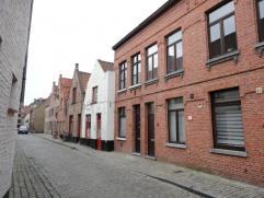 Gemeubelde woning met 3 slaapkamers, ruim terras en garage. Het huis is modern ingericht waarbij de eigenaars zich gefocust hebben op licht en ruimte.