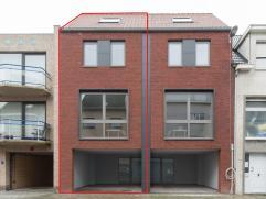 Deze mooie bel-étage woning is gelegen in Oostende. De woning beschikt op het gelijkvloers over een ruime overdekte parkeerplaats, wasplaats, t