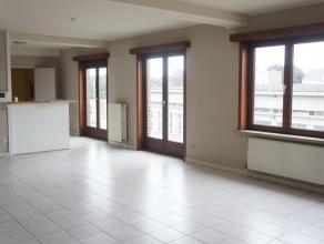 Zonnig & groot appartement vlak in het centrum en op een boogscheut van het station.  INDELING Inkomhal - ruime living met open, moderne eetkeu