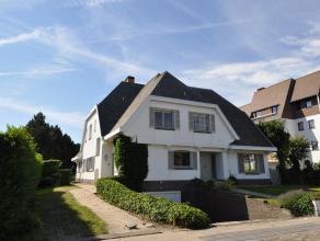 Alleenstaande villa met ruime privé tuin, langs de Kustlaan. U kunt deze woning met 5-slaapkamers en 4 badkamers gemeubeld huren. De villa besc
