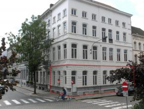 In dit oude herenhuis werden in 2006 vier appartementen gecreëerd. Er is een ruime privé kelder voorzien onder het gebouw. Er zijn geen g