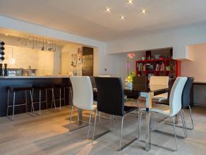 Dit prachtig duplex-appartement van +/- 150 m² ligt op een boogscheut van het centrum Roeselare.   Omvat: Gelijkvloers: inkom met grote glasparti