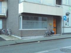 """Instapklaar kantoor van ca. 70m² in het centrum van Roeselare met goede visibiliteit.  Gelegen tegenover parking """"De Munt"""" waar eerste uur grat"""