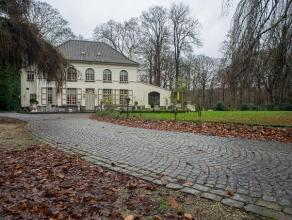 Charmant kasteel omgeven door een prachtig park met grote vijver en royale oprit. Gelegen nabij het centrum van Loppem met goede verbinding naar op- e