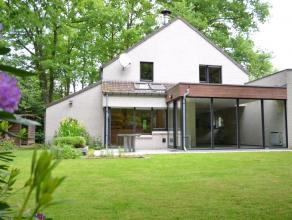 Op te frissen villa met 4 slaapkamers nabij het centrum van Brugge. Deze villa met carport en buitenberging bevindt zich achter een mooi groen scherm