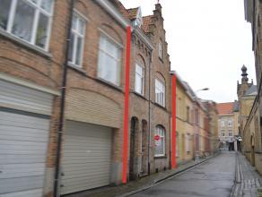 Grondig te renoveren ruime stadswoning met karaktervolle gevel. Centraal gelegen op slechts 250 meter van de Markt en vlakbij de winkelstraat.  INDE
