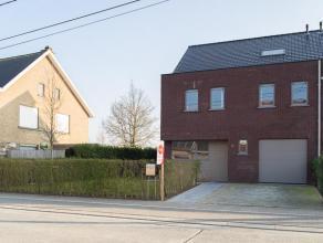 Mooie nieuwbouwwoning te koop in Roeselare!  Deze woning bestaat uit:  Gelijkvloers: inkom - apart toilet - open keuken (oven, microgolf, koelkas