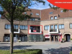 Lichtrijk appartement (85m²) gelegen nabij het centrum, winkels, openbaar vervoer, E40. Inkomhal (8m²) met toilet+lavabo - ruime living (30m