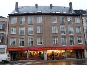 Standingvolle residentie Koornaard met zicht op Dender en Vlasmarkt. Groot comfortabel appartement op 3de verdieping. Inkom, zeer ruime living, inger.