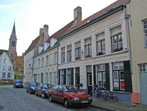 Rijwoning met 2 slaapkamers en gezellig terras in het centrum van Brugge.  INDELING: Glvl.: Inkomhal - ingerichte keuken (14m²) met elektrisch