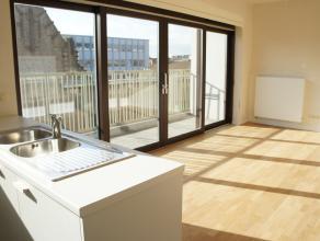 Dit appartement is gelegen boven K in Kortrijk. Het appartement beschikt over een ruim zonnig terras dankzij de zuidelijke oriëntatie. Er werd ge