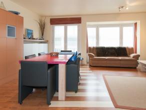 Modern appartement met 2 slaapkamers gelegen in een zijstraat van de Albert I Promenade met zijdelings zeezicht.  Gebouw met 1 appartement per verdiep