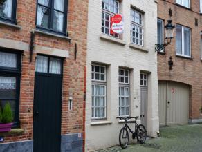 Charmante woning centraal gelegen met 2 slaapkamers en terras.  INDELING:  Glv: living (27m²) in plankenvloer - keuken (6m²) met elektris