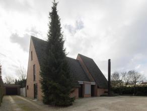 Ruime villa op 1.852m² grond, bestaande uit woning met praktijkruimte, 4 grote slaapkamers, dubbele garage, ruime parking (ca. 7 plaatsen). Ideaa