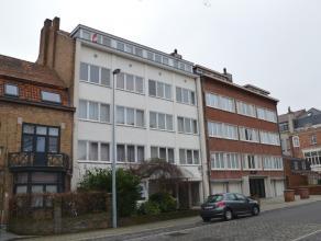 Dakappartement op de 4de verdieping voorzien van 2 slaapkamers  INDELING  inkom - zonnige living (28 m²) - keuken met kasten en dampkap (6m2)