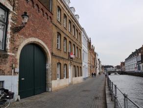 Appartement met 2 slaapkamers in het centrum van Brugge.  INDELING: 1°V.: Inkomhal - afzonderlijk toilet - ruime living (32m²) - ingericht