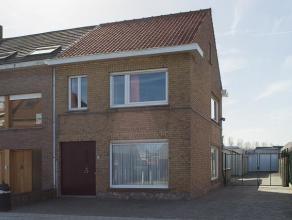 Halfopen bebouwing op 500m² met 4 garages uiterste geschikt voor opslag/hobby/... De woning beschikt over 3 slaapkamers met mogelijkheid tot uitb