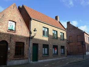 Vlot te bereiken halfopen bebouwing met 3 slaapkamers en koertje nabij de stadsrand van Brugge.  INDELING: Gelijkvloers: Inkom met apart toilet - k