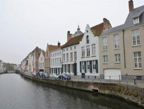 Prachtige burgerswoning in hartje Brugge, gelegen aan de Sint-Annarei met prachtig zicht op het water. De woning biedt u 3 ruime slaapkamers en een ge