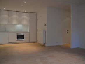 Nieuwbouw appartement met één slaapkamer, veel lichtinval en prachtig terras in het hartje van Brugge.   INDELING: 1°V: Inkomhal