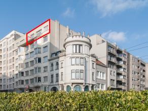 Op te frissen maar karaktervol en zeer ruim 3 slaapkamer woonappartement in het centrum van Oostende. Dit pand bestaat uit een ruime zonnige living va